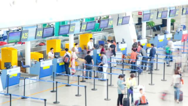 vídeos de stock, filmes e b-roll de viajantes s'aglomeram no corredor de balcões do aeroporto para check-in de intervalo de tempo - pequim