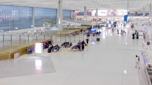 stockvideo's en b-roll-footage met reiziger menigte bij de vertrekhal van de luchthaven - hong kong