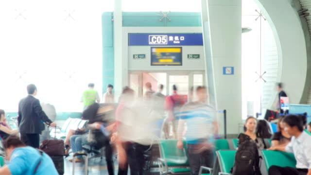 Menschenmenge am Flughafen abzuholen, bevor Sie Zeitraffer