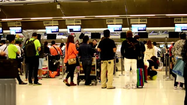 folla di viaggiatori all'aeroporto - addetto all'accettazione video stock e b–roll
