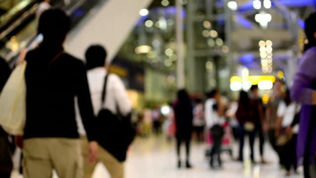 folla di viaggiatori all'aeroporto. - addetto all'accettazione video stock e b–roll
