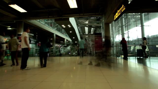 vídeos de stock, filmes e b-roll de viajantes s'aglomeram no corredor de balcões do aeroporto - aeroporto gardermoen de oslo