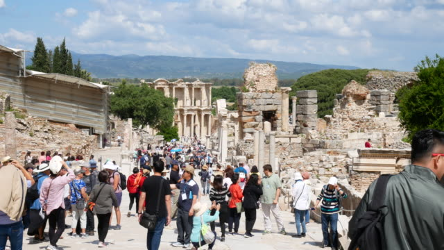 traveler crowd at celsus library in ephesus (efes) - antike stadt izmir, türkei, 4k resolution. - architrav stock-videos und b-roll-filmmaterial