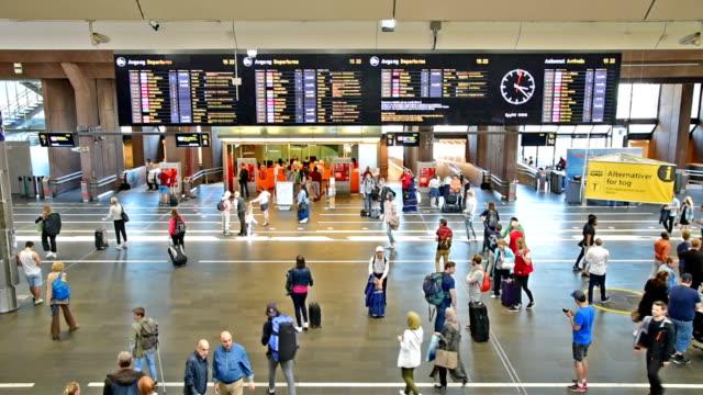 vídeos de stock, filmes e b-roll de viajantes s'aglomeram no corredor de estação de trem central, durante férias em oslo - aeroporto gardermoen de oslo