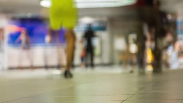 vídeos de stock, filmes e b-roll de viajantes se aglomeram no corredor de estação de trem central, durante férias em cingapura. - aeroporto gardermoen de oslo