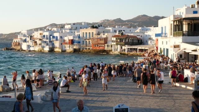 vídeos y material grabado en eventos de stock de traveler crowd en mykonos grecia, resolución 4k. - grecia europa del sur