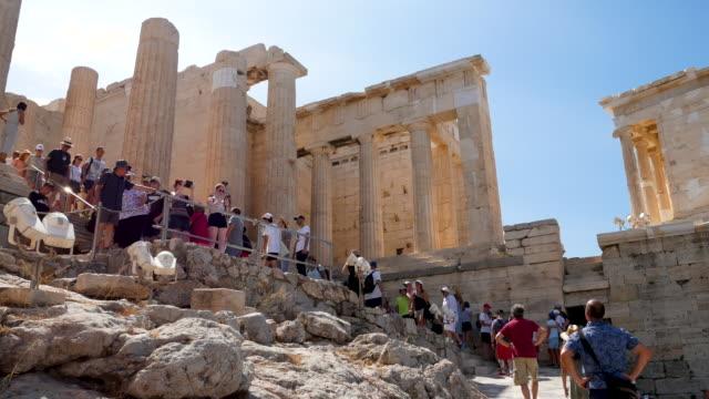 stockvideo's en b-roll-footage met reiziger menigte bij parthenon in athene, griekenland, 4k resolutie. - parthenon athene