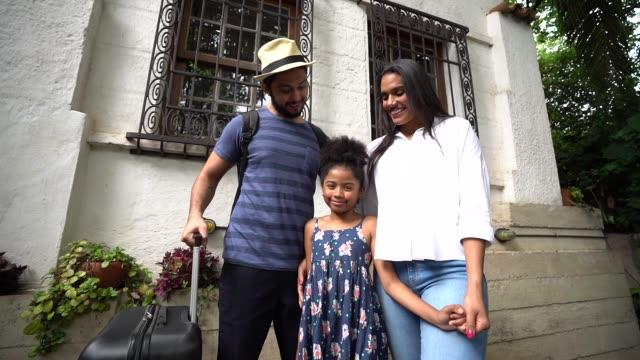 vídeos de stock e filmes b-roll de traveler family portrait - miscigenado