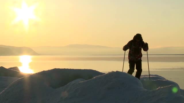 vídeos de stock e filmes b-roll de viajante no gelo - explorador