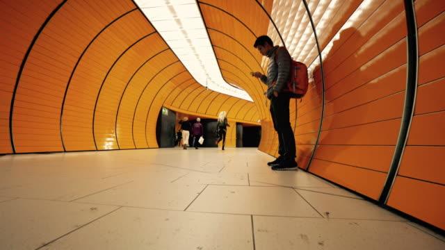 Reisender Mann am Münchner u-Bahn
