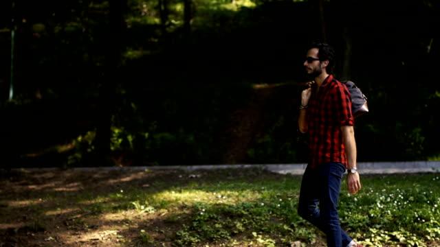 Hombre viajero en Parque