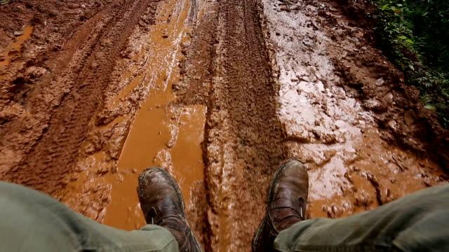 Reisende auf dem Auto, der country road muddy