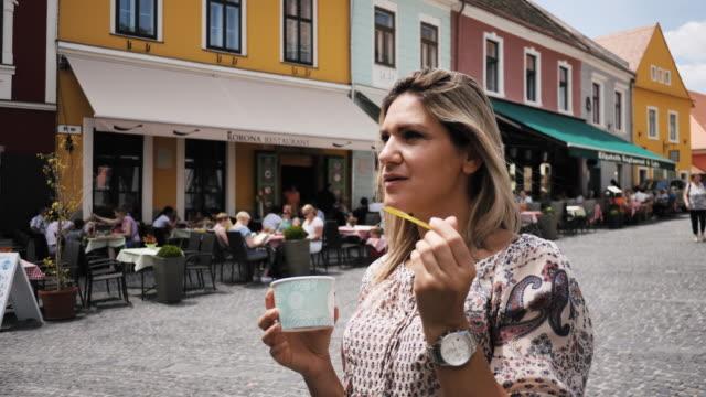 vídeos de stock, filmes e b-roll de viajante de férias em budapeste-szentendre - comida doce