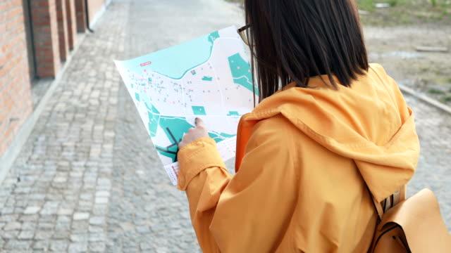 stockvideo's en b-roll-footage met reiziger die een kaart in de stad leest - verdwaald