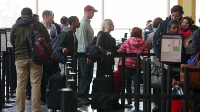 traveler wait inline at a security check point at ronald reagan washington national airport on the day before thanksgiving which is usually the... - aeroporto nazionale di washington ronald reagan video stock e b–roll