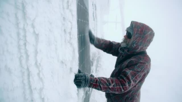 stockvideo's en b-roll-footage met traveler wiping snow off window - sneeuwstorm