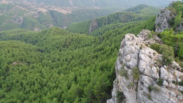 Auf einen Berg Gipfel Blick sucht Reisende mit Rucksack