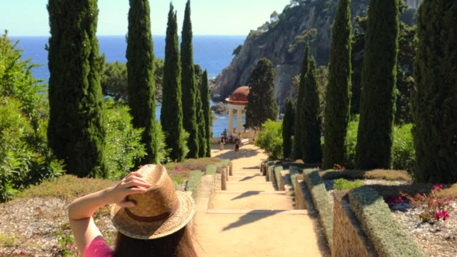 vídeos de stock, filmes e b-roll de traveler woman discovering the beauty of costa brava during summer. - 30 34 anos