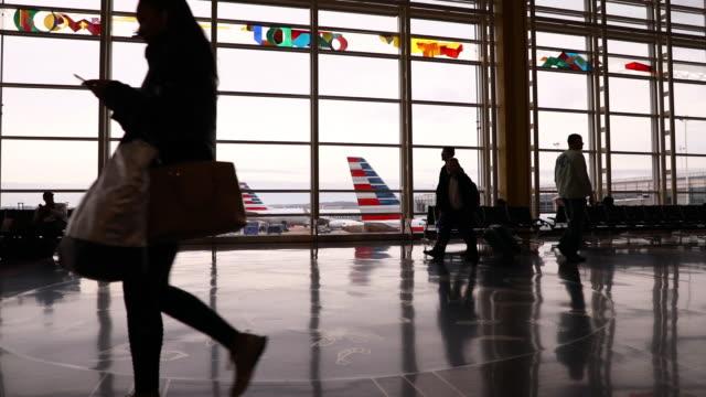 travelers and aircraft at ronald reagan national airport in arlington, virginia, u.s., on wednesday, nov. 27, 2019. the trade association airlines... - flugpassagier stock-videos und b-roll-filmmaterial