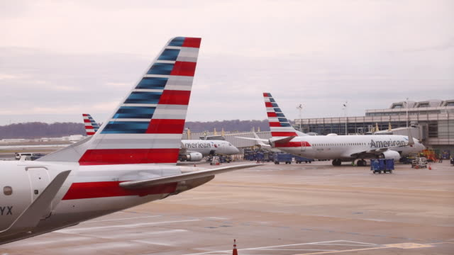 vidéos et rushes de travelers and aircraft at ronald reagan national airport in arlington virginia us on wednesday nov 27 2019 the trade association airlines for america... - aéroport ronald reagan
