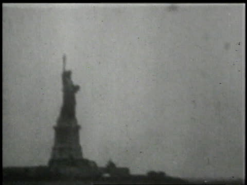 travelers and the statue of liberty/ new york, new york, united states - freiheitsstatue stock-videos und b-roll-filmmaterial