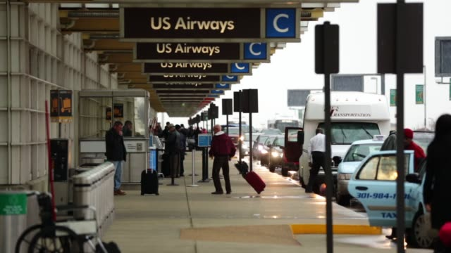 travelers arrive at ronald reagan washington national airport on the day before thanksgiving which is usually the busiest travel day of the year... - aeroporto nazionale di washington ronald reagan video stock e b–roll