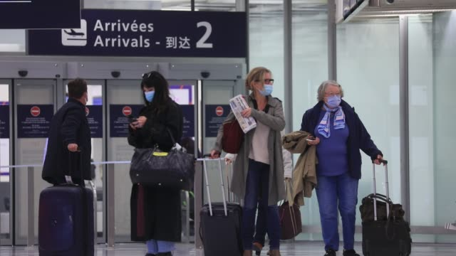 travelers arrive in the main hall as they get off their plane during the installation of antigenic tests in french airports to detect travelers... - mutazione genetica video stock e b–roll