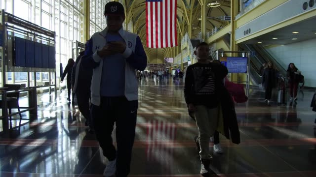 travelers at ronald reagan national airport the day before the thanksgiving holiday in washington dc us on wednesday nov 22 2017 photographer andrew... - aeroporto nazionale di washington ronald reagan video stock e b–roll