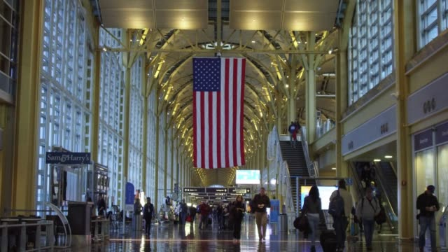 vidéos et rushes de travelers at ronald reagan national airport the day before the thanksgiving holiday in washington dc us on wednesday nov 22 2017 photographer andrew... - aéroport ronald reagan