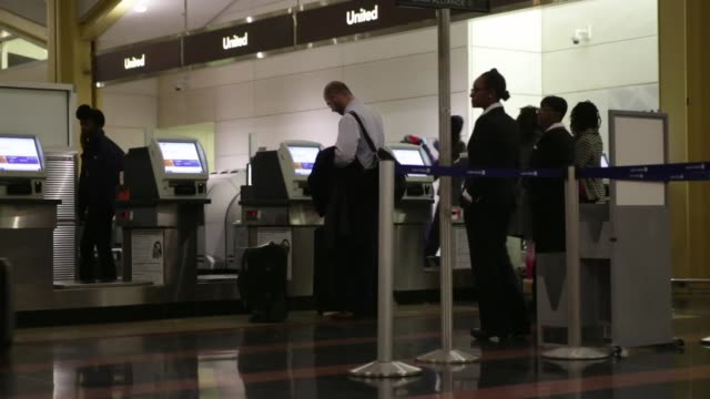 travelers checkin at united continental holdings inc kiosks at ronald reagan national airport in washington dc us on wednesday nov 25 2015... - aeroporto nazionale di washington ronald reagan video stock e b–roll
