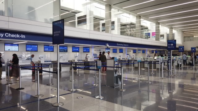 travelers in protective face masks at los angeles international airport as air traffic declines amidst the coronavirus pandemic los angeles... - 搭乗者点の映像素材/bロール