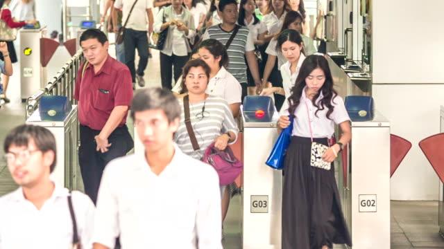 Chi passa un biglietto barriera con una guardia di sicurezza