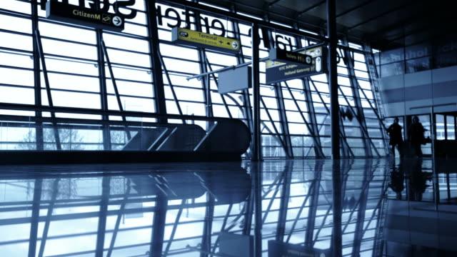 reisende silhouetten in amsterdam airport schiphol - passenger stock-videos und b-roll-filmmaterial