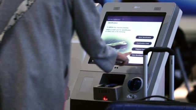 travelers use self checkin consoles at ronald reagan washington national airport on the day before thanksgiving which is usually the busiest travel... - aeroporto nazionale di washington ronald reagan video stock e b–roll