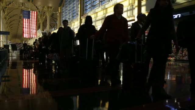 travelers wait in line before going through transportation security administration screening at ronald reagan national airport in washington dc us on... - aeroporto nazionale di washington ronald reagan video stock e b–roll