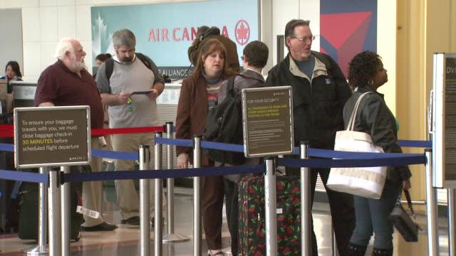 travelers waiting in line at ronald reagan washington national airport / arlington, virginia, united states - flughafen washington ronald reagan national stock-videos und b-roll-filmmaterial