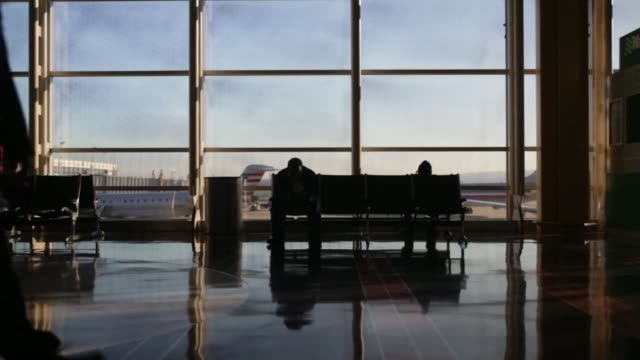 travelers walk through ronald reagan national airport in washington dc us on wednesday nov 25 2015 photographer andrew harrer bloomberg shots wide... - aeroporto nazionale di washington ronald reagan video stock e b–roll