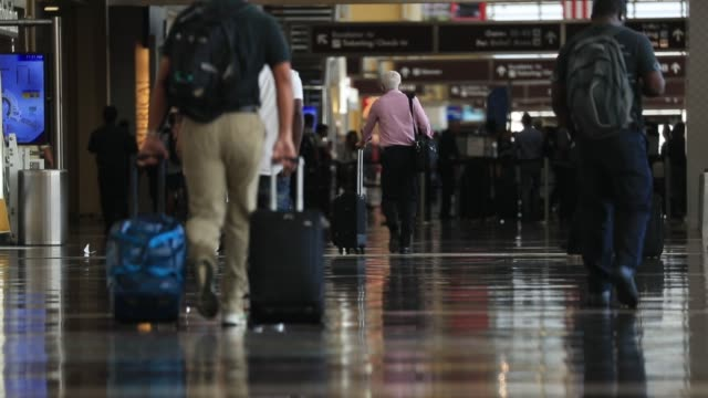 vidéos et rushes de travelers walk through the terminal at ronald reagan national airport in washington dc us on friday sept 22 2017 photographer andrew harrer shots... - aéroport ronald reagan