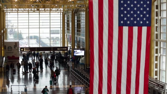 vidéos et rushes de travelers walk towards a security check point at ronald reagan washington national airport on the day before thanksgiving which is usually the... - aéroport ronald reagan