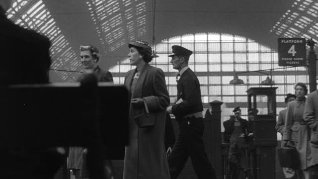 vídeos de stock e filmes b-roll de 1956 montage travelers walking through train station and exiting / manchester, england, united kingdom - 1956