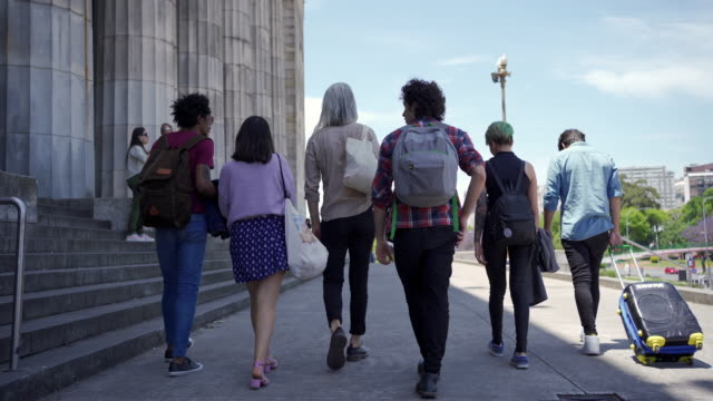 vídeos y material grabado en eventos de stock de estudiantes de intercambio itinerante caminando con un profesor - las américas
