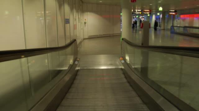 vídeos y material grabado en eventos de stock de t/l ws pov traveling on moving walkway and through corridors in munich airport / munich, germany - pasillo característica de edificio