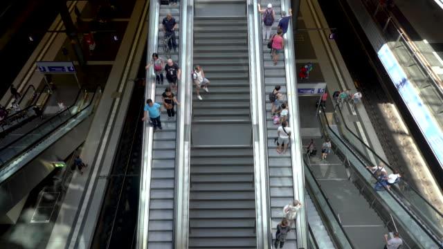 reisende auf treppen und rolltreppen, berlin, deutschland - abschied stock-videos und b-roll-filmmaterial
