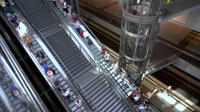 reisende auf treppen und rolltreppen, berlin, deutschland - bahnhof stock-videos und b-roll-filmmaterial