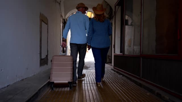 vídeos de stock e filmes b-roll de traveling senior couple going to a motel apartment - bagagem