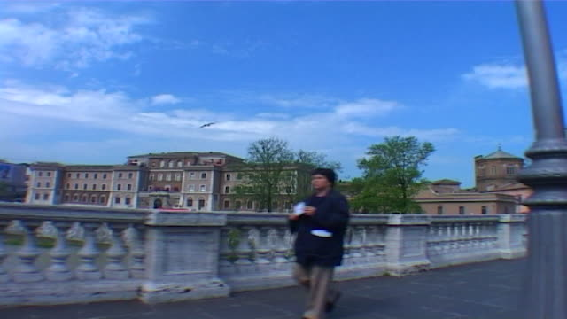 traveling shot across the victor-emanuel-ii bridge in rome. - ponte点の映像素材/bロール