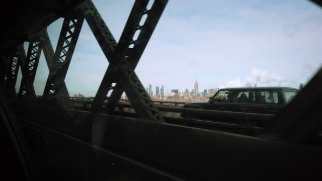nyc traveling shot over the manhattan bridge - korsa bildbanksvideor och videomaterial från bakom kulisserna