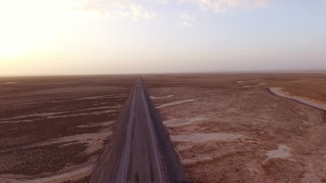 vidéos et rushes de traveling through a desert along a straight endless road in iran. - 20 secondes et plus