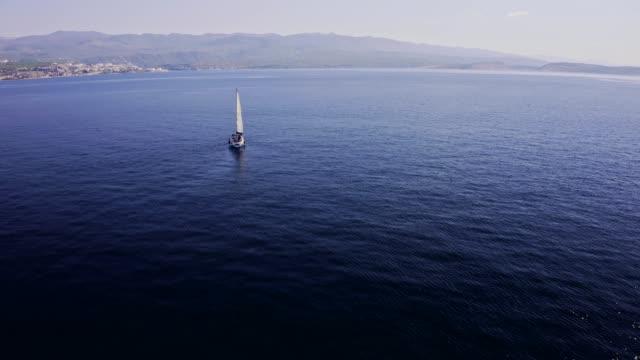 ヨットで旅行し、海に沿って航海ストックビデオ - ヨット点の映像素材/bロール