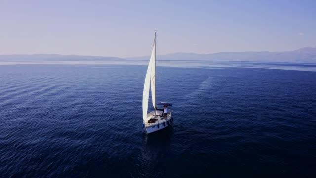 ヨットで旅行し、海に沿って航海ストックビデオ - セールボート点の映像素材/bロール